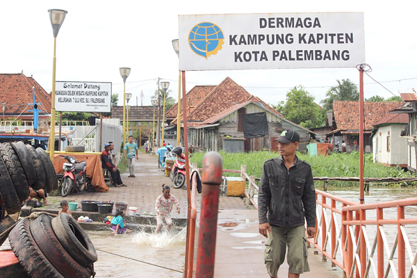 DI DERMAGA…Dermaga Kampung Kapitan.