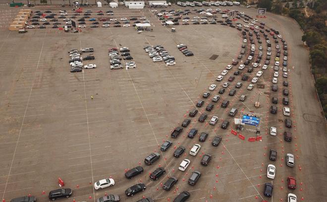 Gambar dirakam dari udara menunjukkan orang ramai beratur dalam kereta mereka di pusat ujian saringan COVID-19 di Stadium Dodger di Los Angeles, California kelmarin. — Gambar AFP
