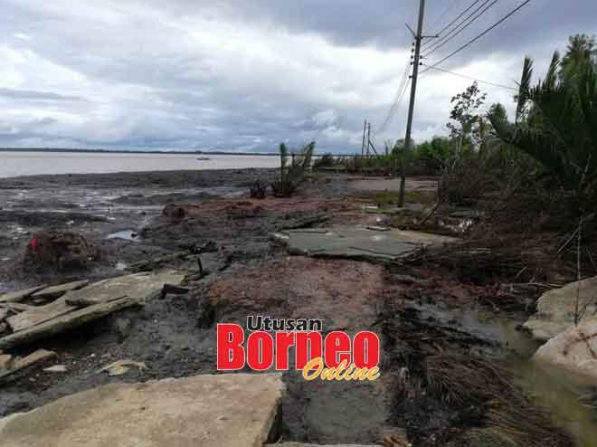 Keadaan hakisan tebing sungai yang membelenggu penduduk di Kampung Semarang, Pusa.