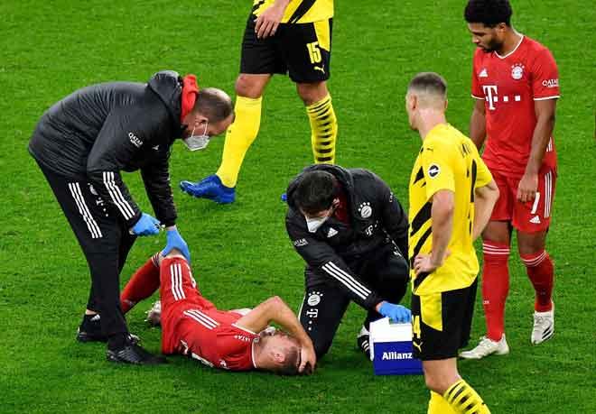 Kimmich (terbaring) menerima rawatan semasa perlawanan Bundesliga di antara Borussia Dortmund dan Bayern Munich di Stadium Signal Iduna Park di Dortmund, Jerman. — Gambar AFP