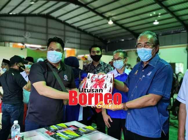 Len menerima cenderahati kenangan daripada agensi-agensi kerajaan yang turut serta pada program Pendidikan Komuniti Bersama Penduduk Kampung Selalang, semalam.