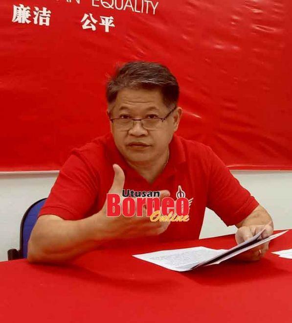 Dr Ting ketika sidang media tentang PETROS di pejabat DAP Pujut semalam.