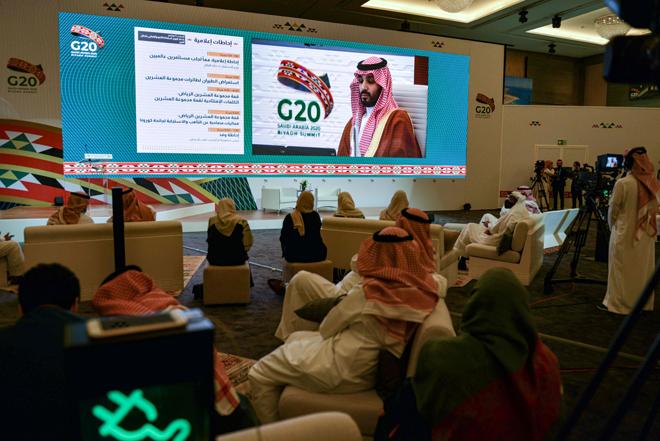 Pengamal media berkumpul di Pusat Media Antarabangsa di Riyadh bagi mendengar ucapan pembukaan dari Raja Salman menjelang sidang kemuncak G20. — Gambar AFP