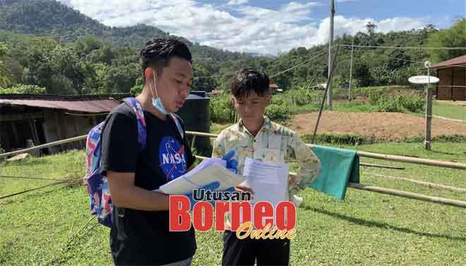 Nazmi menyerahkan lembaran kerja ke kediaman muridnya di pedalaman.