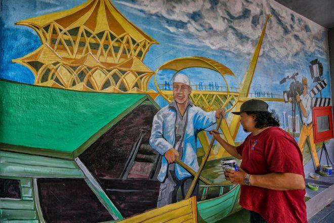 Dinding menjadi kanvas kepada dua anak Sarawak curah bakat seni | Utusan Borneo Online