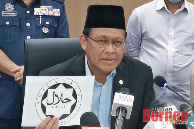 Dr Rahman menunjukkan logo halal yang betul dan dibenarkan di negeri ini.