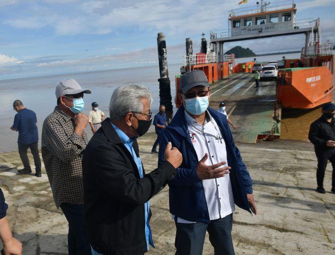 Julaihi bersama Timbalan Ketua Menteri Sarawak Tan Sri Dr James Masing meninjau lokasi tragedi Triso - Gambar BERNAMA.