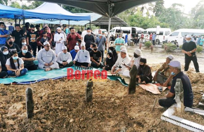 Jenazah Siti Aishah dan lima anaknya selamat disemadi dalam satu liang lahad di Tanah Perkuburan Islam Kampung Hulu, Sri Aman. Gambar Roystein Emmor