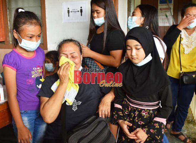 Munah bersama dua lagi cucunya ketika berada di Hospital Sri Aman.