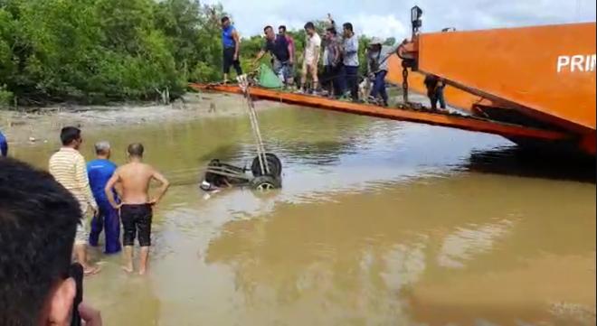 Pikap yang terjunam ke dalam sungai ditarik ke permukaan air oleh orang awam.