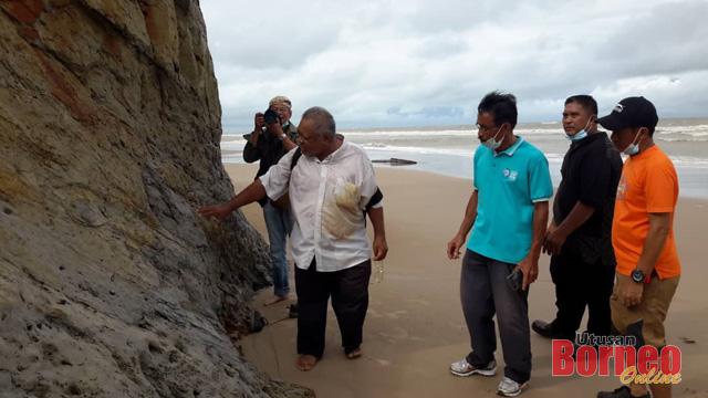 Musa Musbah sedang meneliti permukaan tebing batu yang dikatakan menyerupai kepala singa berhampiran Pantai Tusan.