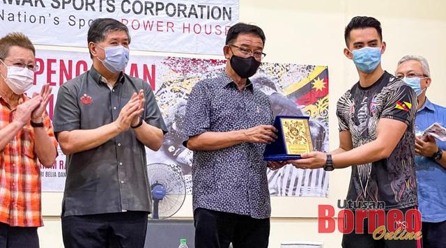 Dominic Johnny wakil dari Kelab Gusti Lengan Premier 101 menyampaikan cenderahati kepada Abdul Karim.
