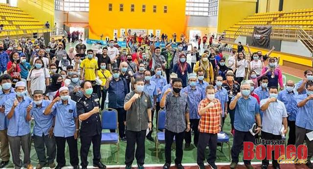 Abdul Karim merakamkan gambar bersama penganjur dan peserta Kejohanan Gusti Lengan Pencarian Bakat Baru 2021 yang diadakan Kompleks Sukan Asajaya, 2 Januari lepas.