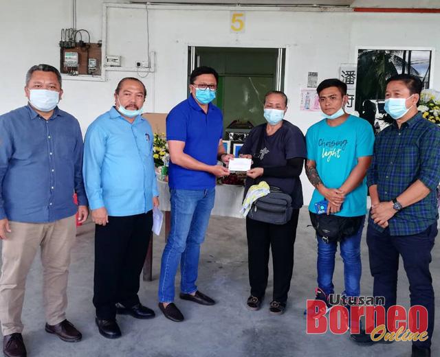 Wakil PBB Cawangan Nangka Sayed Azmee Wan Junaidi (tiga kiri) menyerahkan sumbangan kepada ibu mangsa Munah Agom. Turut kelihatan Hing Ping (dua kanan).