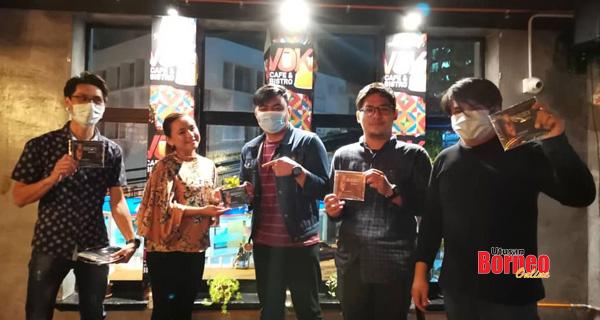 Rachel, Don, Jun dan rakan-rakan mereka menghadiri majlis pelancaran Epilog Cinta di Voke Cafe, Gaya Street Kota Kinabalu.