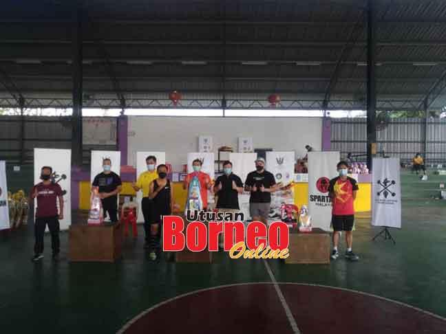 Zulqamain (tengah depan) juara Spartan Challenge dengan catatan masa 2.53 minit menerusi 100 box jump over-24 semalam. Turut kelihatan Tan Kai (dua kiri belakang).
