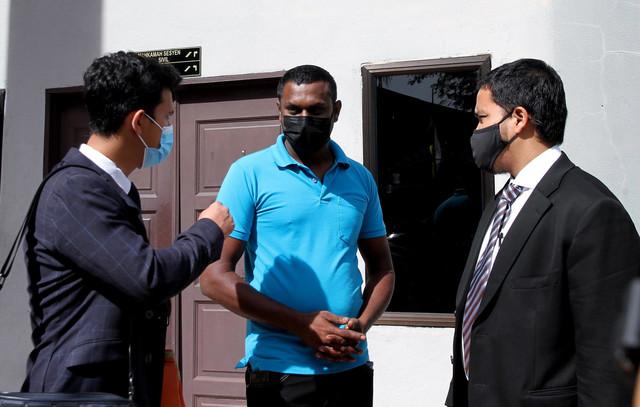 Sugu (tengah) hari ini dijatuhi hukuman bon berkelakuan baik tiga tahun dengan cagaran RM8,000 oleh Mahkamah Sesyen hari ini selepas mengaku bersalah memiliki senjata berbahaya.Turut kelihatan peguamnya Syahrul Nizam(kanan). - Gambar Bernama