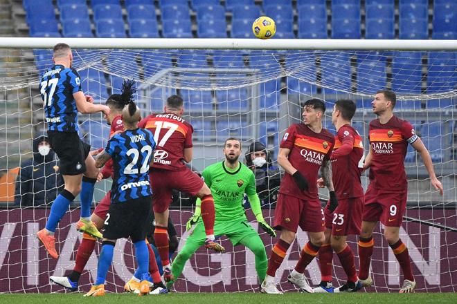 Milan Skriniar (atas kiri) menanduk masuk gol penyamaan ke dalam gawang pada perlawanan Serie A Itali di antara AS Roma menentang Inter Milan di stadium Olimpik di Rom, kelmarin. — Gambar AFP
