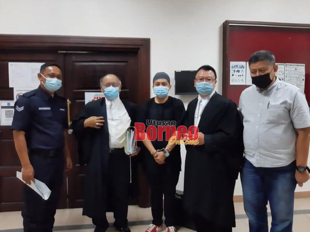 Tertuduh (tiga kanan) dan ahli keluarganya (kanan) bersama peguam Roger Chin (dua kanan) dan Osman Ibrahim (dua kiri).