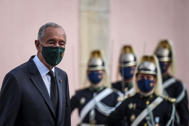 Gambar fail pada 2 November, 2020 menunjukkan Sousa memakai pelitup muka ketika menghadiri upacara untuk memperingati mangsa COVID-19 di Istana Belem di Lisbon. — Gambar AFP