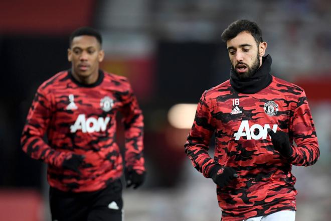 Pemain tengah Manchester United Bruno Fernandes (kanan) dan penyerang Anthony Martial memanaskan badan sebelum aksi Piala Liga Inggeris  di antara  Manchester United dan Manchester City di Old Trafford, Manchester, England, baru-baru ini. — Gambar AFP
