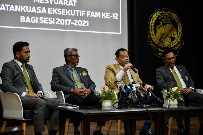 Hamidin (dua, kanan) ketika sidang media selepas Mesyuarat Jawatankuasa Eksekutif FAM ke-12 Bagi Sesi 2017-2021 di Wisma FAM semalam. Turut serta Timbalan Presiden (FAM) Datuk Mohd Yusoff Mahadi (dua, kiri), Naib Presiden (FAM) Datuk Ab Ghani Hassan (kanan)  dan Setiausaha Agung Persatuan Bola Sepak Malaysia (FAM) Stuart Ramalingam (kiri). — Gambar Bernama