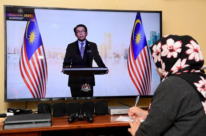 Mohd Khairul menyampaikan Amanat KPPA 2021 bertemakan Mendepani Cabaran, Melangkaui Ekspetasi yang disiarkan secara dalam talian melalui Facebook JPA di Putrajaya, semalam. — Gambar Bernama