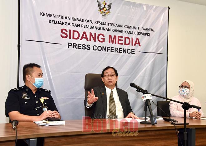 Harden ba aum pengarang berita Ripot Ninting Bulan OSC Ungkup MIDS Negeri Sarawak Bil. 1/202 seraya disempulang Rashidah (kanan) enggau Wong ditu, kemari. — Gambar JaPen