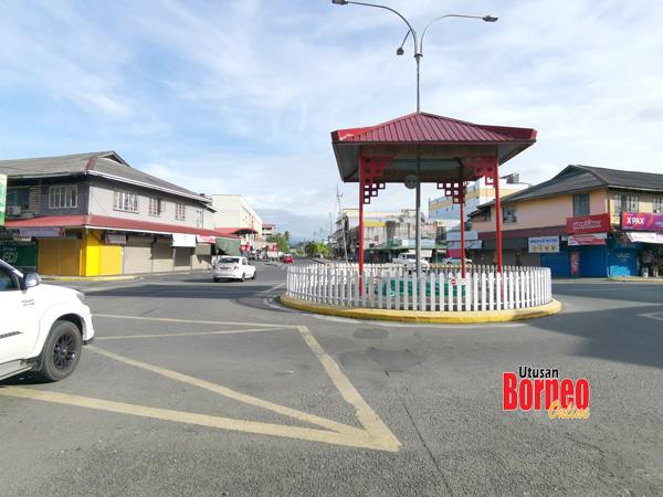 Keadaan lalu lintas di bandar Tawau lengang dan premis banyak tidak beroperasi.