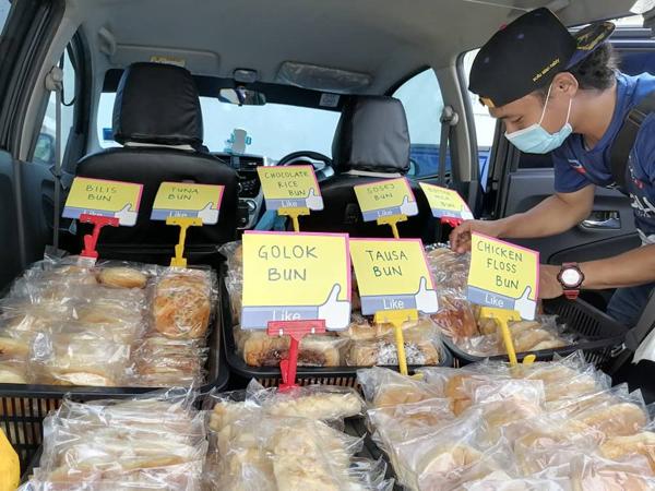 Pelanggan gemar membeli roti yang dijual Rduzuan dari kenderaannya.