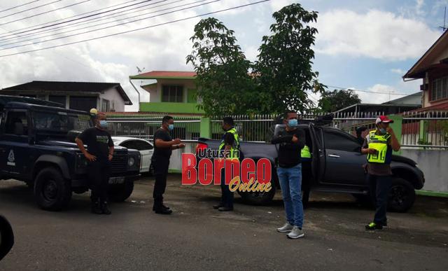 Polis ke lokasi kejadian sebaik menerima panggilan jam 9.40 pagi.