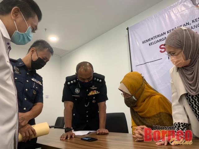 Jasmirol (tengah) berkongsi maklumat mengenai aktiviti penyalahgunaan dadah dan substance dengan Fatimah (dua kanan) sambil disaksikan yang lain.