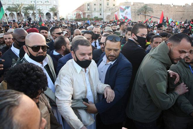 Dbeibah (tengah) tiba di Dataran Syahid di tengah Tripoli sempena ulang tahun ke-10 revolusi 2011, kelmarin.