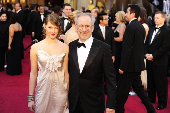 Gambar fail yang diambil pada 28 Februari 2011 ini menunjukkan Lee bersama ayahnya, pengarah Steven Spielberg tiba untuk Anugerah Akademi ke-83 yang diadakan di Kodak Theatre di  Hollywood, California. — Gambar AFP