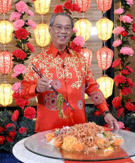 Muhyiddin menggaul Yee Sang pada Sambutan Rumah Terbuka Malaysia Tahun Baharu Cina Norma Baharu 2021 yang disiarkan secara maya malam kelmarin.  — Gambar Bernama