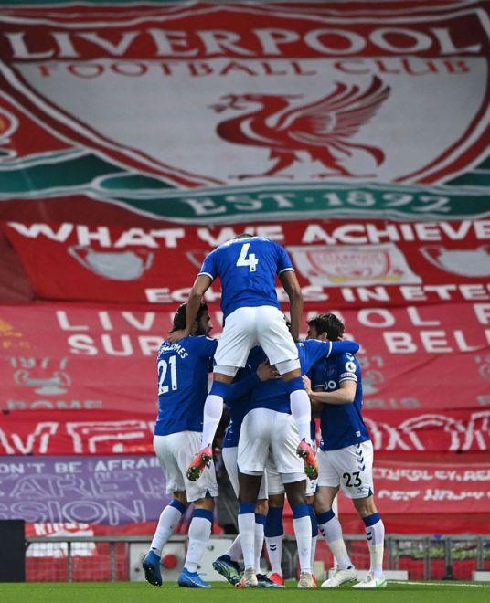 Richarlison meraikan gol bersama rakan sepasukannya pada perlawanan Liga Perdana Inggeris di antara Liverpool dan  Everton di Anfield, Liverpool, di England, kelmarin. — Gambar AFP