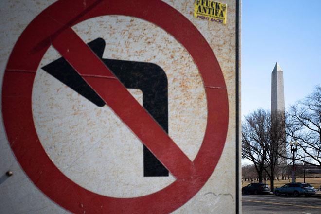Tugu Peringatan Washington kelihatan bersebelahan dengan tanda jalan di Washington, DC kelmarin. AS kelmarin di ambang mercu tanda mengerikan 500,000 kematian berkaitan COVID-19 sejak permulaan pandemik. — Gambar AFP