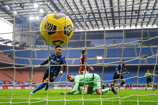 Lautaro Martinez (kiri) meraikan gol kedua beliau pada perlawanan Serie A Itali di antara  AC Milan menentang Inter Milan stadium San Siro di Milan, kelmarin. — Gambar AFP