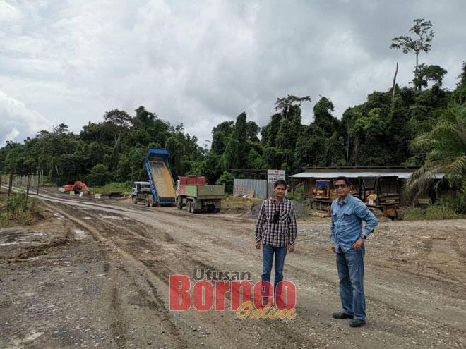 Dennis (dua kiri) meninjau tapak salah satu pembinaan projek jalan di Long Lama di bawah HDA untuk kawasan Telang Usan.