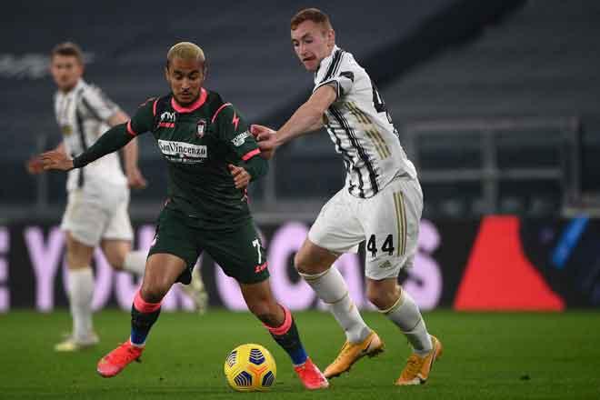 Pemain tengah Crotone Adam Ounas (kiri) dan pemain Juventus Dejan Kulusevski bersaing mendapatkan bola pada perlawanan Serie A Itali di antara Juventus menentang Crotone di stadium Juventus di Turin, kelmarin. — Gambar AFP