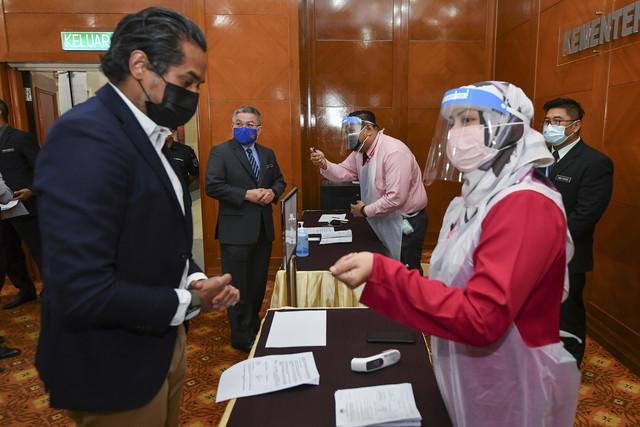 Khairy (kiri) ketika melakukan simulasi Program Imunisasi COVID-19 Kebangsaan di Kementerian Kesihatan hari ini. - Gambar Bernama