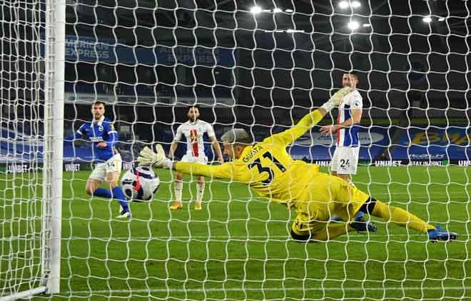 Joel Veltman berjaya menjaringkan gol membolosi penjaga gol Crystal Palace Vicente Guaita pada perlawanan Liga Perdana Inggeris di antara Brighton and Hove Albion dan Crystal Palace di Stadium American Express Community di Brighton, England, kelmarin. — Gambar AFP