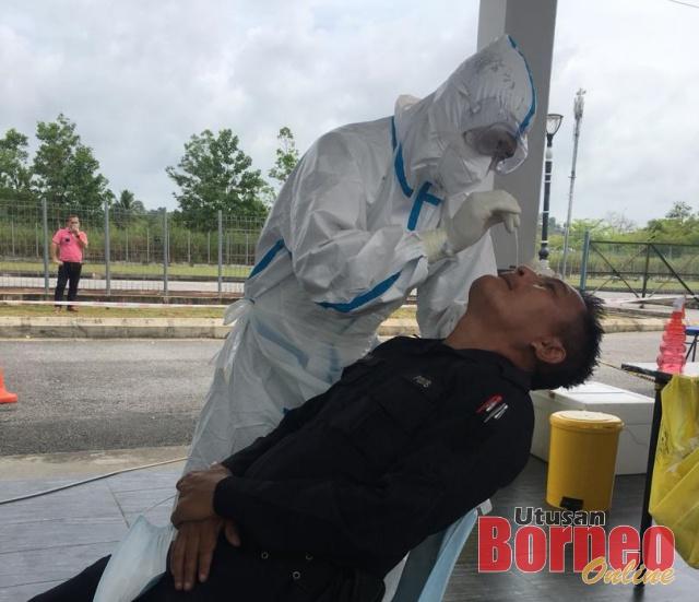 Seorang anggota polis dari Balai Polis Sibu Jaya menjalani ujian calitan.