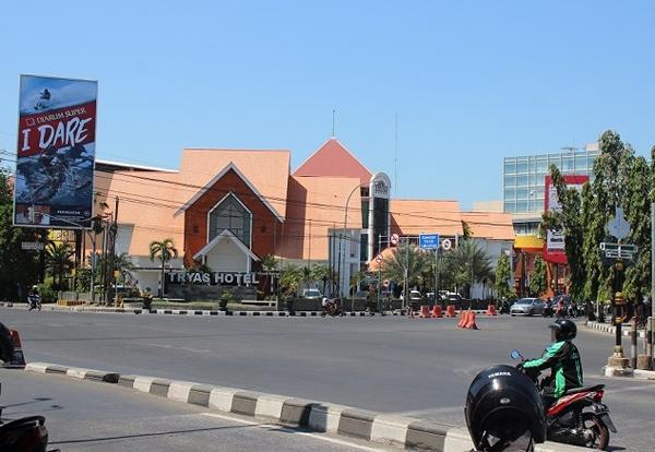 Kota Cirebon memiliki fasiliti hotel dan sebagainya  untuk pelancong.