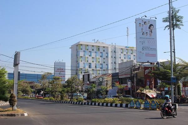 Antara jalan di Kota Cirebon.