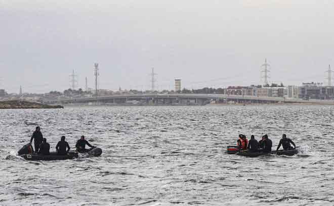 Anggota penyelamat menjalankan operasi untuk mencari mangsa terselamat selepas sebuah bot karam di Tasik Mariout, 20 kilometer dari bandar Iskandariah pada Selasa lepas. — Gambar AFP