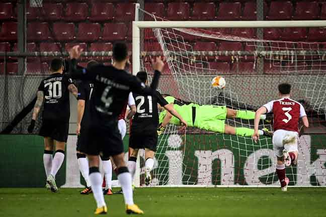 Diogo Goncalves (tidak kelihatan) menjaringkan gol penalti pada perlawanan Liga Europa di antara Arsenal dan Benfica di Stadium Karaiskaki di Athens, kelmarin. — Gambar AFP