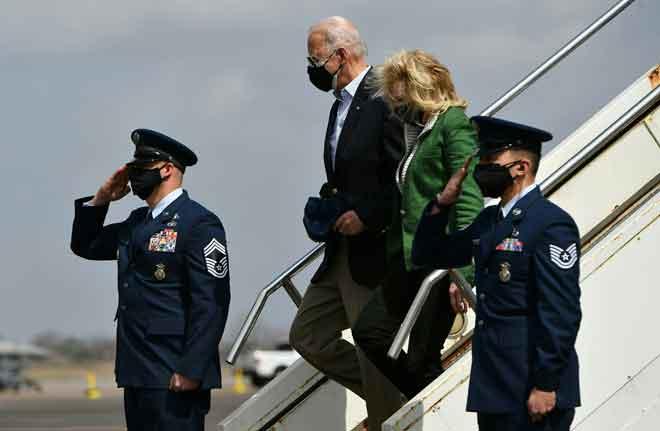 Biden bersama isteri, Jill Biden tiba di Houston, Texas kelmarin yang dilanda ribut musim sejuk yang kuat baru-baru ini. — Gambar AFP