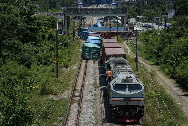 Sebuah tren kargo dengan muatan, tergelincir berhampiran Stesen Batu Tiga dekat Shah Alam, semalam mengakibatkan kedua-dua landasan berdekatan stesen tersebut terhalang sepenuhnya. — Gambar Bernama