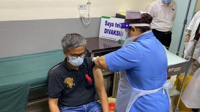 Dr Annuar menerima suntikan vaksin COVID-19 Pfizer-BioNTech di Klinik Kesihatan Lanang Sibu.